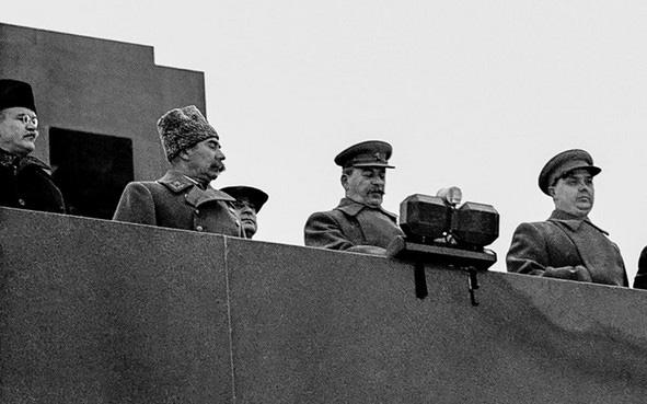 Liên Xô duyệt binh trên Quảng trường Đỏ giữa lúc Moscow bị Đức bao vây - Ảnh 1.