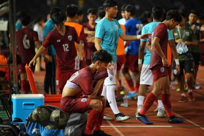 HLV Thái Lan chê U19 Campuchia câu giờ lộ liễu, CĐV phản ứng bất ngờ - Ảnh 1.