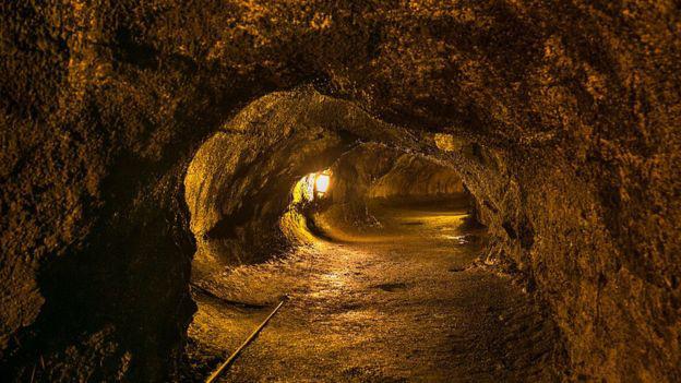 Cụ ông 71 tuổi mất mạng vì rơi vào hố dung nham núi lửa - Ảnh 1.