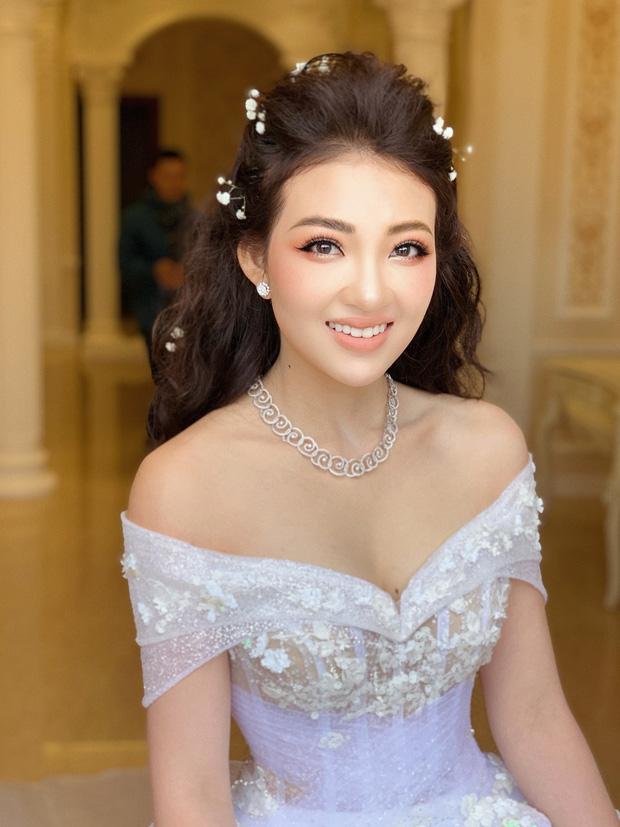 Cô dâu 200 cây vàng ở Nam Định rạng ngời, tự tin diện áo khoét cổ sâu gợi cảm bất chấp bầu bí - ảnh 1