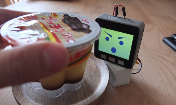 Ai từng bị chôm đồ ăn nơi công sở sẽ cần lắm một thiết bị chống trộm như thế này - Ảnh 1.