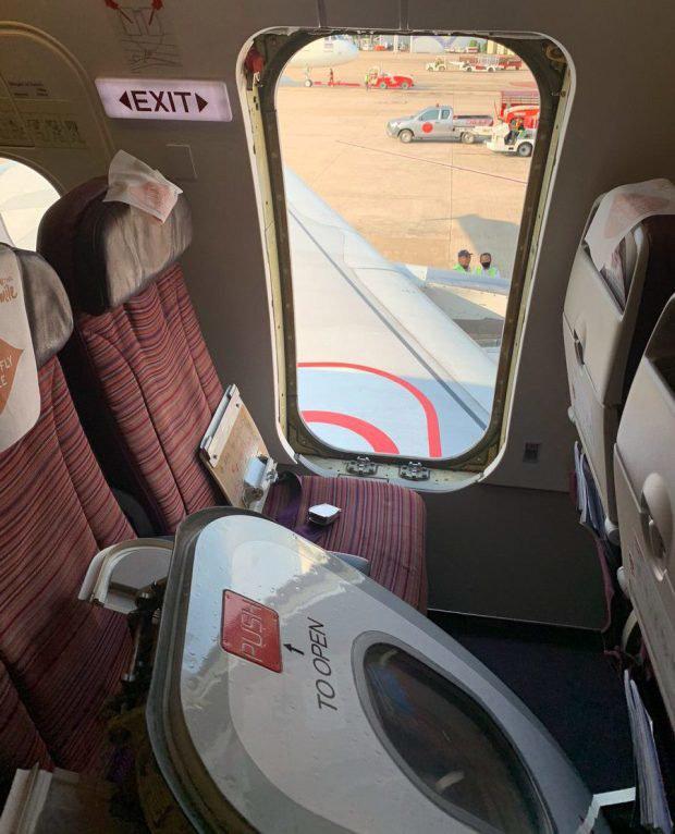 Máy bay sắp cất cánh, người đàn ông đột nhiên phát điên đập phá cửa thoát hiểm gây náo loạn - Ảnh 1.