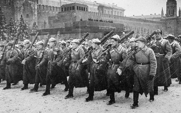 Liên Xô duyệt binh trên Quảng trường Đỏ giữa lúc Moscow bị Đức bao vây - Ảnh 2.