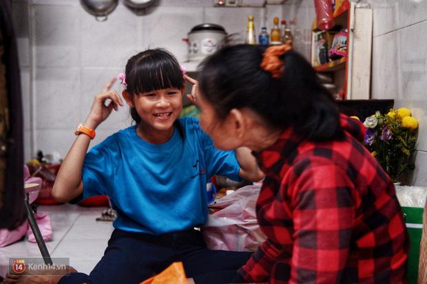 Cô bé 12 tuổi sáng đi học, tối đẩy xe lăn cùng mẹ bán vé số ở Sài Gòn: Con ước được nghỉ bán 1 ngày để ngồi ăn cơm với ba mẹ - Ảnh 8.
