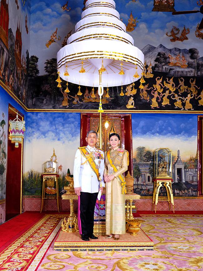 Cung điện phát hành hình ảnh mới của vợ chồng Quốc vương Thái Lan cho thấy sự khác biệt rõ rệt giữa Hoàng hậu và Hoàng quý phi - Ảnh 2.