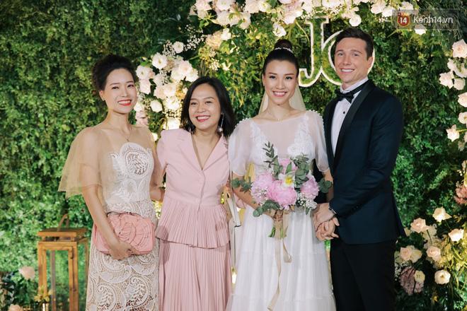 Nhã Phương sánh đôi với Trường Giang, cùng dàn sao Vbiz tới chung vui trong đám cưới Hoàng Oanh - Ảnh 15.