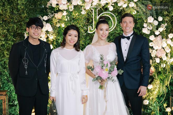 Nhã Phương sánh đôi với Trường Giang, cùng dàn sao Vbiz tới chung vui trong đám cưới Hoàng Oanh - Ảnh 16.