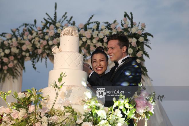 Clip cảm động nhất hôm nay: Hoàng Oanh và ông xã ngoại quốc trao nụ hôn, chính thức gọi nhau 2 tiếng vợ chồng - Ảnh 4.