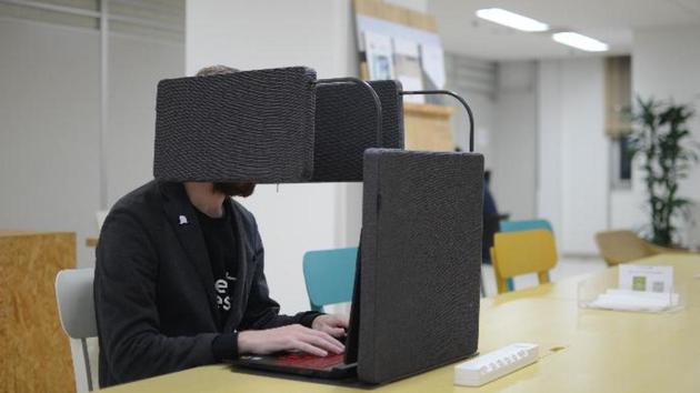 Chỉ có người Nhật mới nghĩ ra cách tạo không gian riêng tư bằng việc trùm thứ này quanh người - Ảnh 1.
