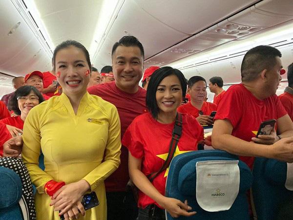 Lý Hùng, Phương Thanh bay sang Philippines cổ vũ U22 Việt Nam, mong chờ Huy chương Vàng - Ảnh 1.
