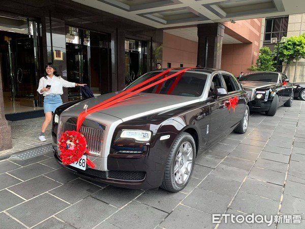 Choáng ngợp trước đám cưới bạc tỷ với dàn siêu xe đón dâu gồm toàn Lamborghini, Limousine và Rolls-Royce - Ảnh 2.