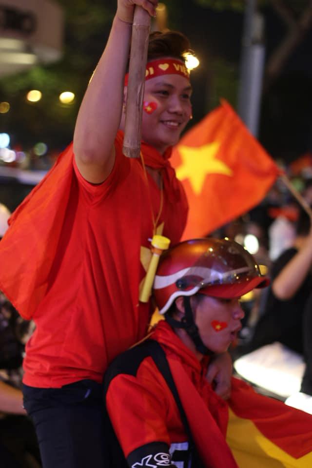 VIDEO: Người hâm mộ quẩy tưng bừng tại phố đi bộ khi U22 Việt Nam vô địch SEA Games - Ảnh 6.