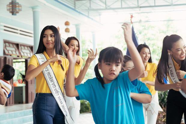 Hoa hậu Khánh Vân và 2 Á hậu tham gia hoạt động đầu tiên hậu đăng quang: Giản dị mà đẹp quá, ai nhỉnh hơn trong một khung hình? - Ảnh 11.
