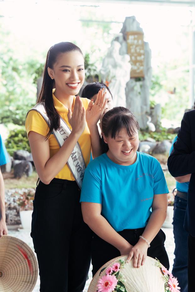 Hoa hậu Khánh Vân và 2 Á hậu tham gia hoạt động đầu tiên hậu đăng quang: Giản dị mà đẹp quá, ai nhỉnh hơn trong một khung hình? - Ảnh 3.