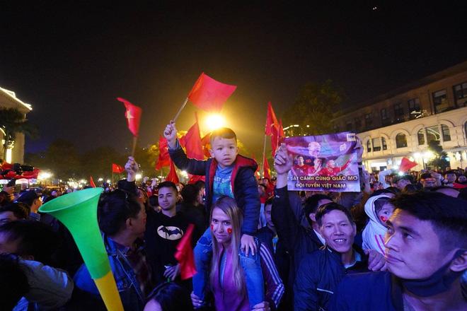 CĐV dùng xe tải chở trống khắp phố Hà Nội gõ mừng cúp vô địch của U22 Việt Nam - Ảnh 19.