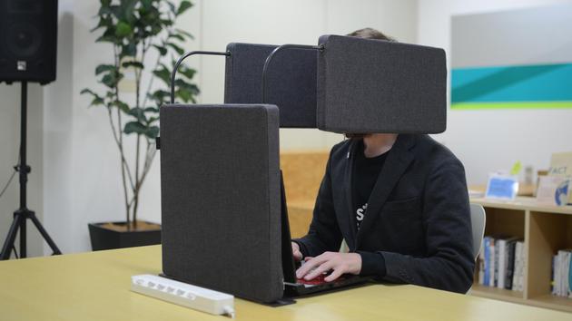 Chỉ có người Nhật mới nghĩ ra cách tạo không gian riêng tư bằng việc trùm thứ này quanh người - Ảnh 4.