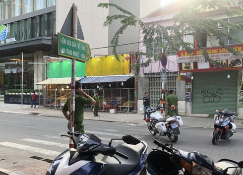 Chỉ vài giờ đã bắt được nhóm đối tượng đâm chết người tại quán bar ở Nha Trang - Ảnh 2.