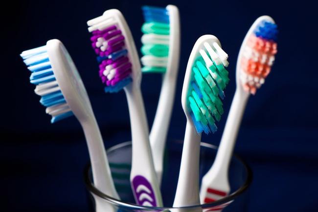 """Vừa đánh răng vừa cười đùa, cô gái 19 tuổi """"nuốt chửng"""" bàn chải đánh răng - Ảnh 2."""