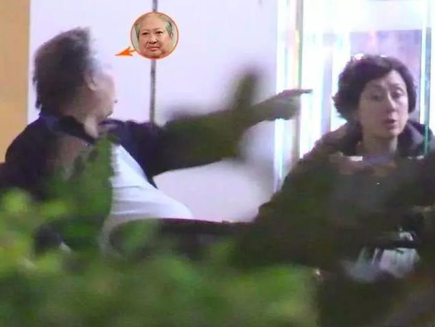 Hồng Kim Bảo quát mắng vợ giữa quán ăn - Ảnh 1.