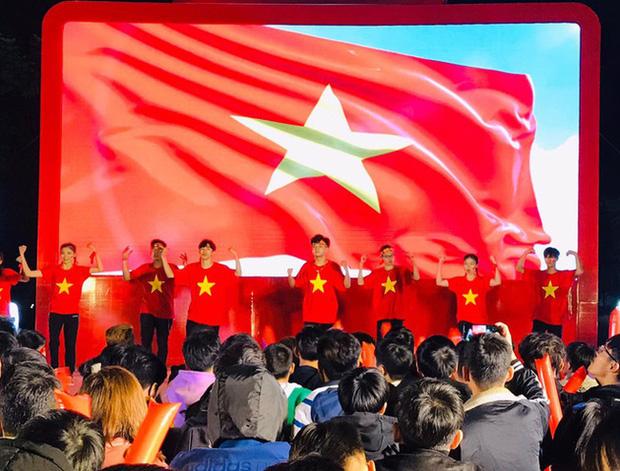 Miệt mài học bài giữa biển người ăn mừng Việt Nam vô địch SEA Games, nữ sinh bất ngờ nổi như cồn trên MXH - Ảnh 2.