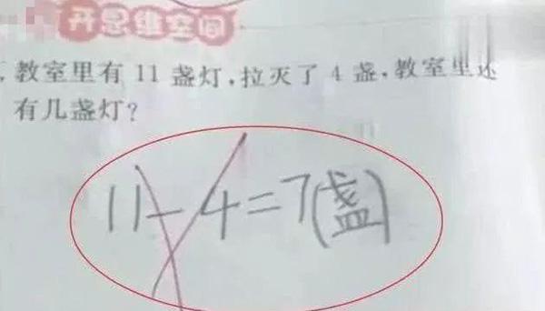 Học sinh lớp 1 trả lời 11 - 4 = 7 bị đánh giá là sai, phụ huynh phẫn nộ tìm giáo viên thì nhận được lời giải thích bất ngờ - Ảnh 1.
