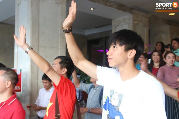 Xúc động cảnh Văn Hậu chia tay đồng đội, ở lại Philippines một mình - Ảnh 12.