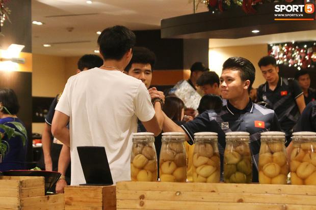 Xúc động cảnh Văn Hậu chia tay đồng đội, ở lại Philippines một mình - Ảnh 3.