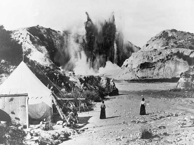 Núi lửa Tarawera phun trào vào năm 1886