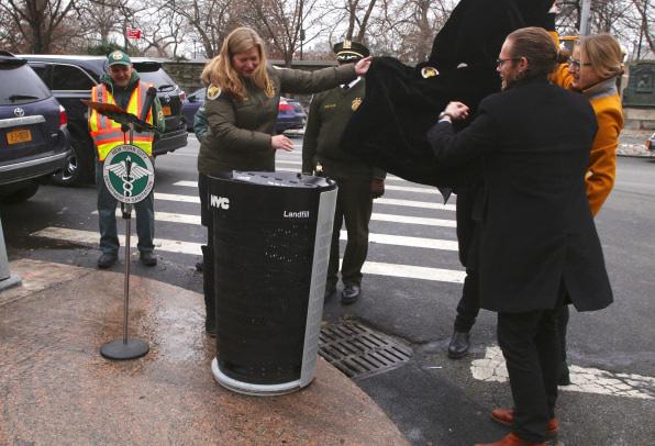 Đây là thiết kế thùng rác mới vừa được thành phố New York chọn để sử dụng trong tương lai - Ảnh 3.