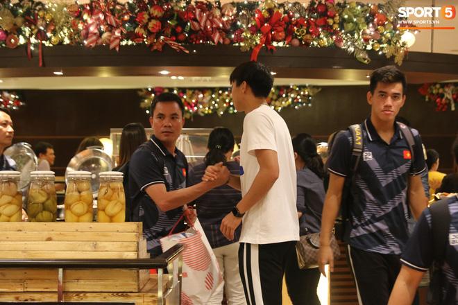 Xúc động cảnh Văn Hậu chia tay đồng đội, ở lại Philippines một mình - Ảnh 4.