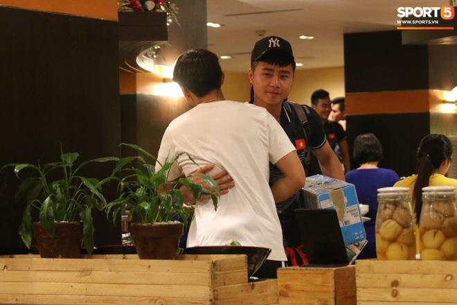 Xúc động cảnh Văn Hậu chia tay đồng đội, ở lại Philippines một mình - Ảnh 6.