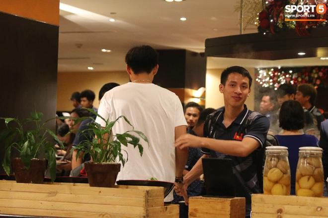 Xúc động cảnh Văn Hậu chia tay đồng đội, ở lại Philippines một mình - Ảnh 8.