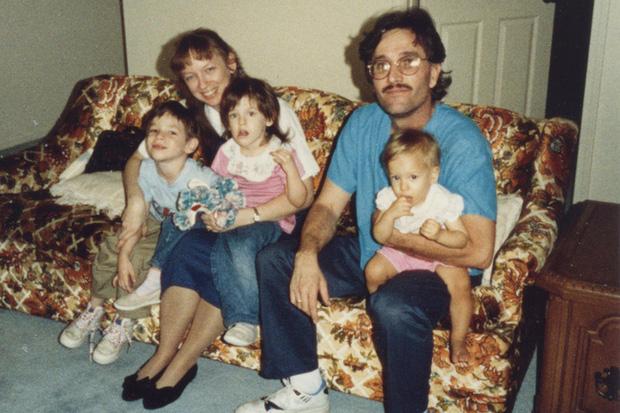 Bức ảnh chụp gia đình hạnh phúc bắt đầu từ mối tình đẹp thời đại học chớp mắt đã thành bi kịch vì có đến 2 sát nhân trong đó - Ảnh 1.