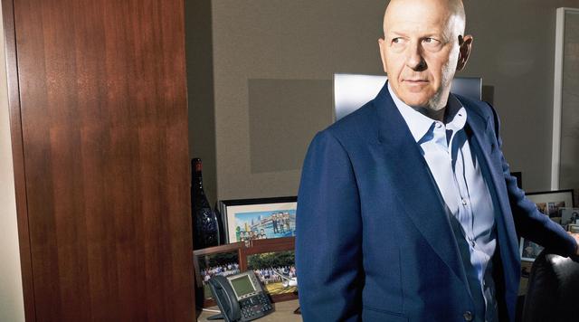 Chân dung vị CEO kỳ lạ của Goldman Sachs: Tự mua cafe đến văn phòng, đi làm bằng tàu điện ngầm, cuối tuần chìm đắm trong đam mê làm DJ - Ảnh 1.