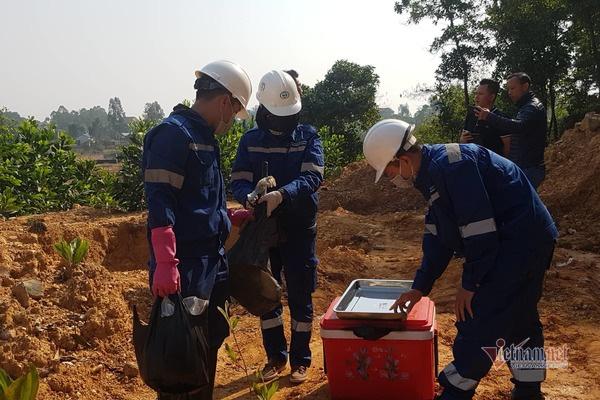 Vụ 11 hố bí mật chôn chất thải hôi thối, huyện Sóc Sơn vào cuộc - Ảnh 1.