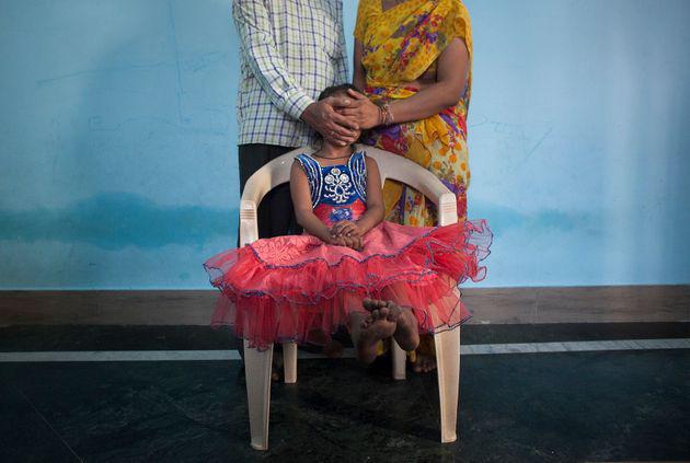 Người cha để 30 người bạn thay nhau cưỡng hiếp con gái 12 tuổi trong suốt 2 năm để lấy tiền tiêu xài khiến dư luận căm phẫn - Ảnh 1.