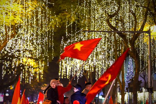 """Báo Trung Quốc dùng từ """"quá sốc"""" để mô tả cảnh fan Việt Nam ăn mừng HCV SEA Games - Ảnh 4."""