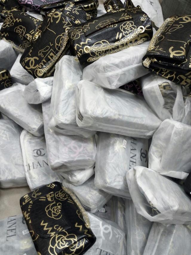 Thu giữ hàng trăm túi xách hàng hiệu LV, Chanel, Gucci nghi giả mạo nhãn hiệu - Ảnh 1.