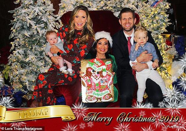 Cuối cùng gia đình cũng đã có một tấm hình tử tế, nhưng đáng tiếc Santa đã rời đi.