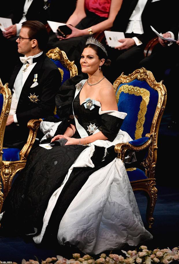 3 nhân vật nữ của Hoàng gia Thụy Điển gây sốt truyền thông, thu hút mọi ánh nhìn bằng vẻ đẹp gợi cảm chết người tại cùng một sự kiện - Ảnh 4.