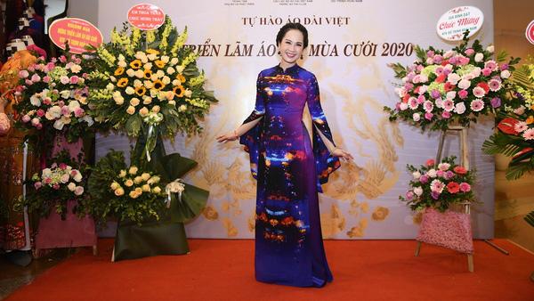 NSND Lan Hương dịu dàng trong tà áo dài họa tiết di sản Huế - Ảnh 1.