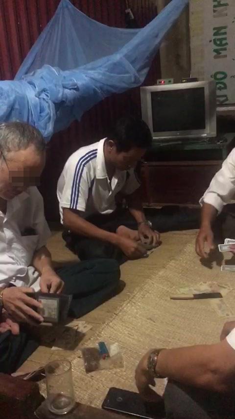 Dân quay clip, tố Bí thư và Phó Chủ tịch xã đánh bài ăn tiền tại công sở - Ảnh 1.