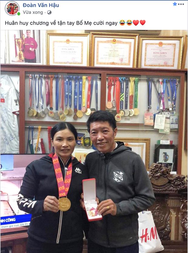 Không thể về thăm nhà, Đoàn Văn Hậu vẫn có cách để bố mẹ hưởng trọn niềm vui vô địch SEA Games - Ảnh 1.