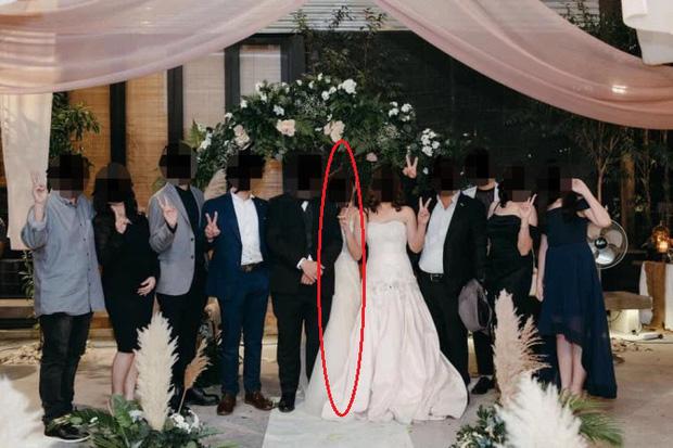 Đến dự hôn lễ của con gái, bà mẹ diện luôn váy cưới khiến dân mạng phẫn nộ, hoang mang không biết đâu là cô dâu - Ảnh 1.