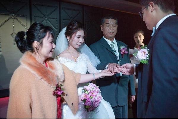 Ngày cưới, bố vợ đại gia chỉ tặng con gái đôi nhẫn cỏ song câu nói của ông với chàng rể lại làm mọi người nghẹn ngào  - Ảnh 2.