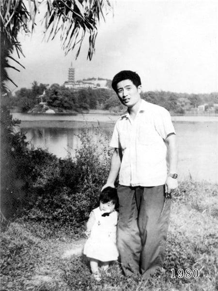 35 năm, bố và con gái chụp cùng một địa điểm: Sự thay đổi ở từng bức ảnh khiến tất cả xúc động - ảnh 1