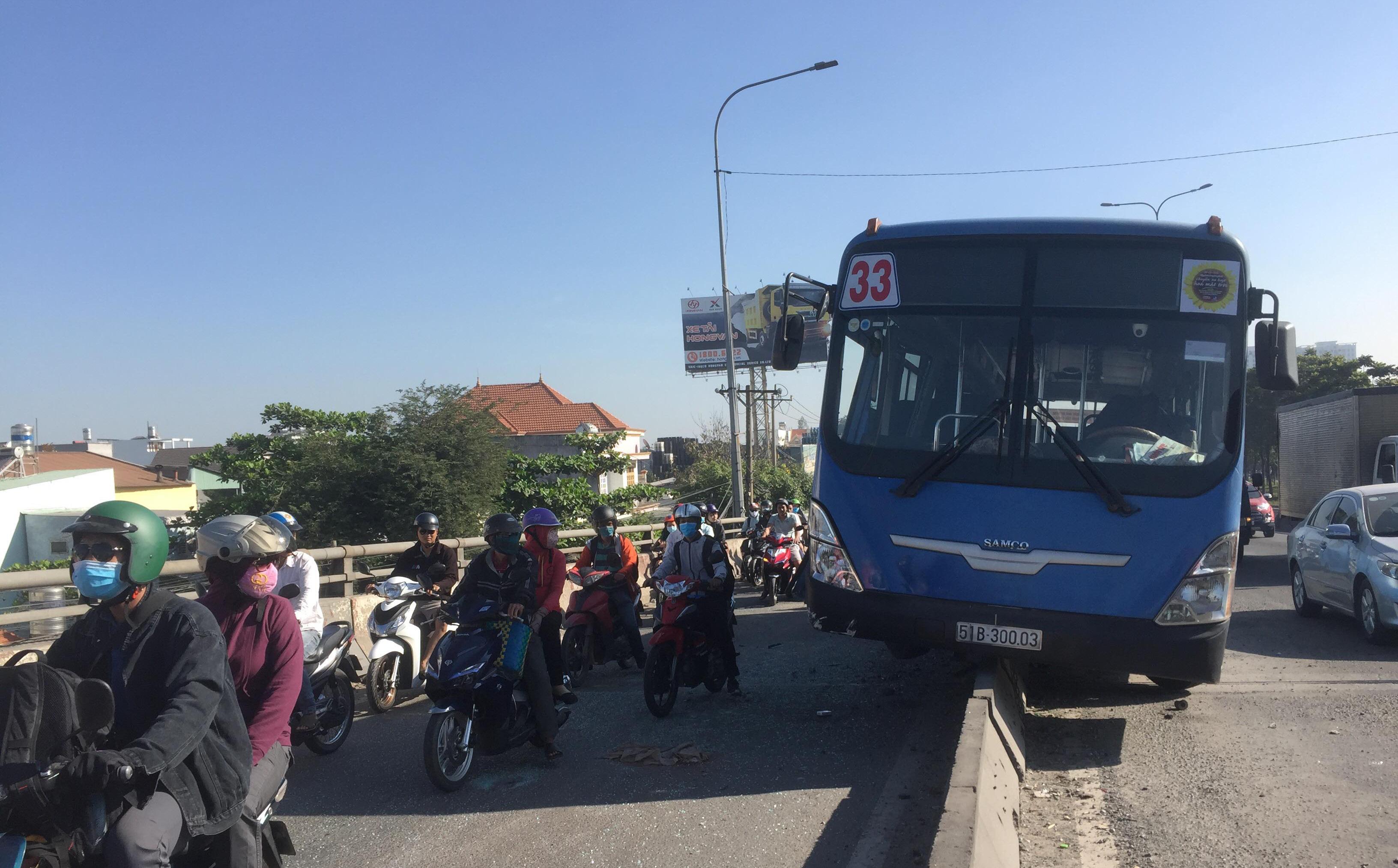 """Xe buýt """"trèo"""" lên dải phân cách ở Sài Gòn, nhiều hành khách hoảng loạn kêu cứu"""