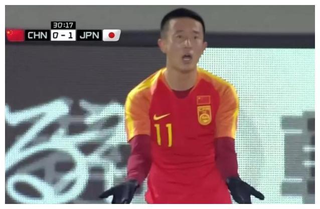 Đạp vào đầu đối thủ, cầu thủ Trung Quốc giải thích: Là anh ta đập đầu vào chân tôi - Ảnh 2.