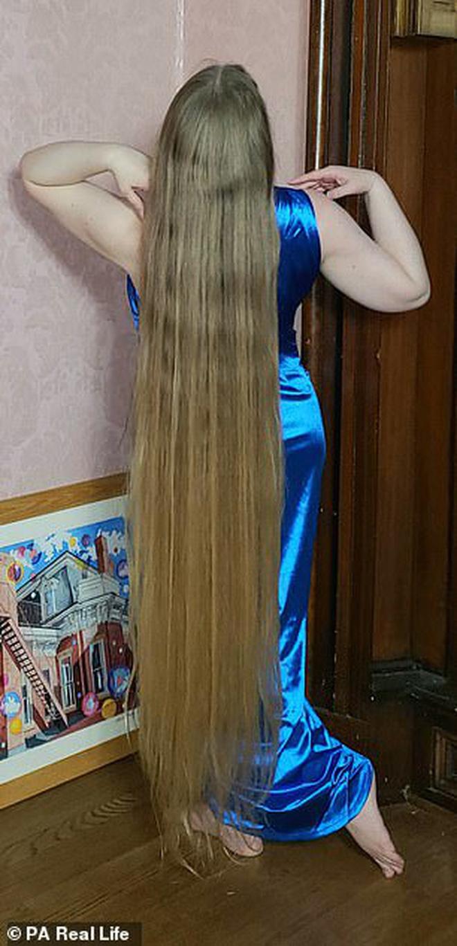 Công chúa tóc mây đời thực sở hữu mái vàng tóc dài 1,5m, mỗi lần gội đầu mất 10 tiếng mới khô - Ảnh 1.