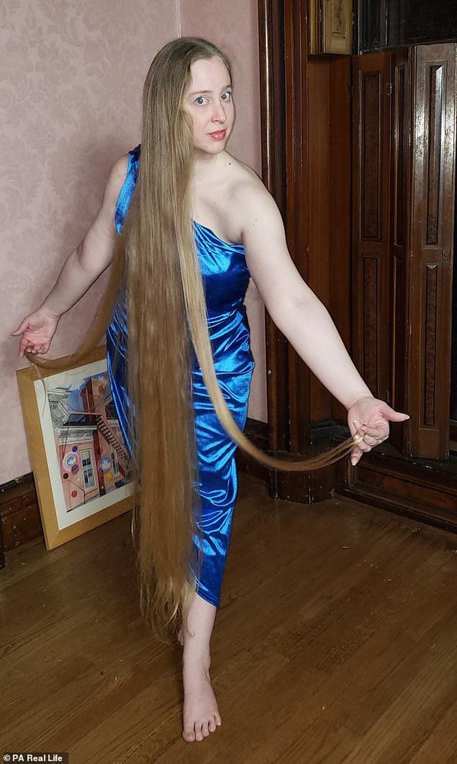 Công chúa tóc mây đời thực sở hữu mái vàng tóc dài 1,5m, mỗi lần gội đầu mất 10 tiếng mới khô - Ảnh 2.